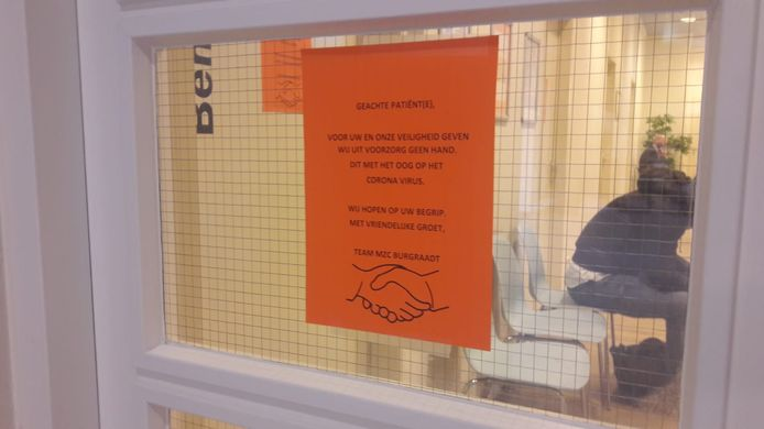 Via briefjes worden de patiënten van de Dordtse tandartspraktijk geïnformeerd over het anti-handen-schudden-beleid.