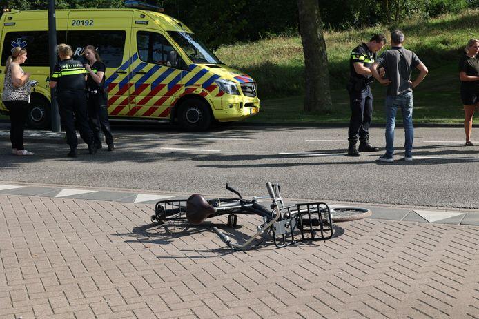Een meisje is dinsdagmiddag rond 16.00 uur zwaargewond geraakt bij een aanrijding met een auto op de Floris V-laan in Waalwijk. De bestuurder is doorgereden.