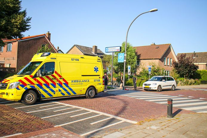De gewonde fietser is per ambulance naar het ziekenhuis gebracht