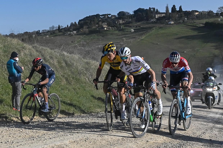 De aanvallers Egan Bernal, Wout van Aert, Julian Alaphilippe en Mathieu van der Poel in de finale van de semi-klassieker Strade Bianche. Beeld BELGA
