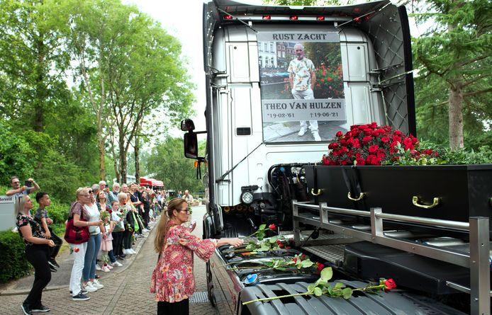 Tientallen mensen legden een roos bij de kist van Theo van Hulzen op de vrachtwagen.  Foto William Hoogteyling