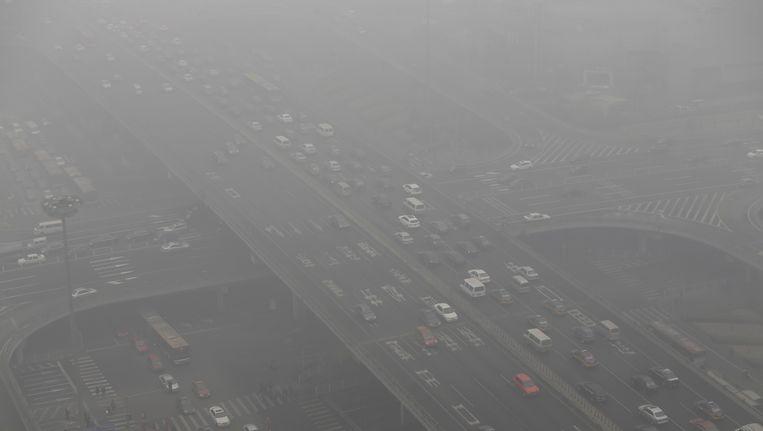 Peking, de hoofdstad van China, gehuld in een waas van mist. Beeld null