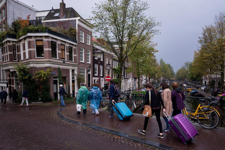 Veel Amsterdammers verhuren hun woning (soms gedeeltelijk) aan toeristen en verdienen daar veel geld mee.