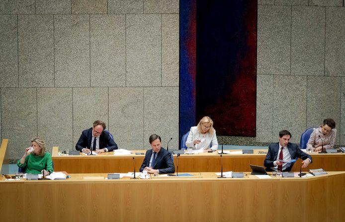 Leden van het demissionare kabinet: Kasja Ollongren (D66), Wouter Koolmees (D66), minister-president Mark Rutte, Sigrid Kaag (D66), Wopke Hoekstra (CDA) en Alexandra van Huffelen (D66).