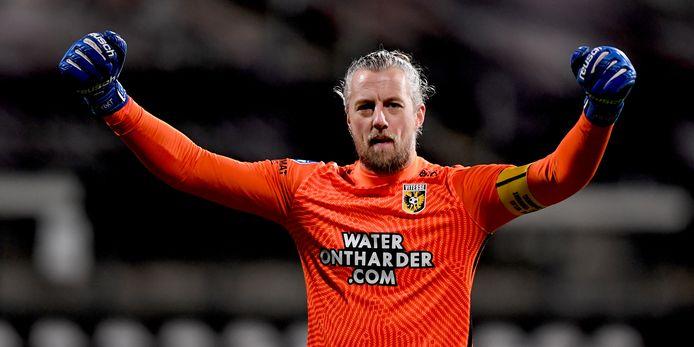 Vitesse staat in de top en straalt van vertrouwen. Doelman Remko Pasveer viert de zege bij Heracles.