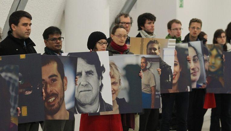 Greenpeace-activisten houden foto's vast van de gearresteerde 'Arctic 30'. Beeld epa