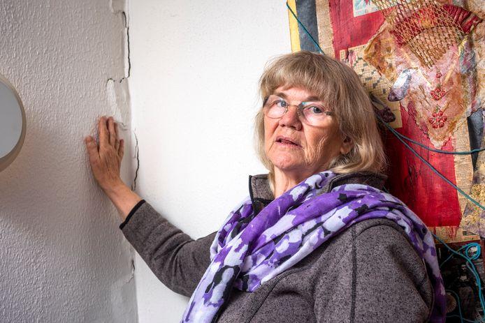 In de logeerkamer van Henny Hage zit een scheur van tientallen centimeters in de muur.