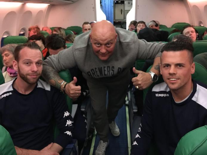 Op verzoek van de voetballers zingt Medley onderweg Oh, Oh, Den Haag in het vliegtuig.