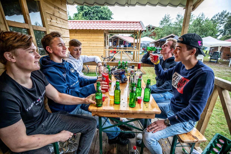 Op jongerencamping Dennenoord komt een groepje jongens samen om vakantie te vieren. Beeld Raymond Rutting / de Volkskrant