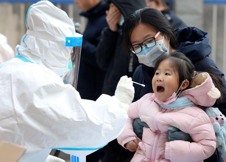 Een kind wordt getest op het coronavirus in de provincie Hebei. Beeld AP