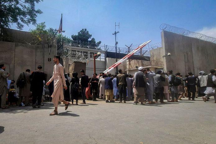 Afghanen voor de poort van de Franse ambassade in Kaboel, op 17 augustus.