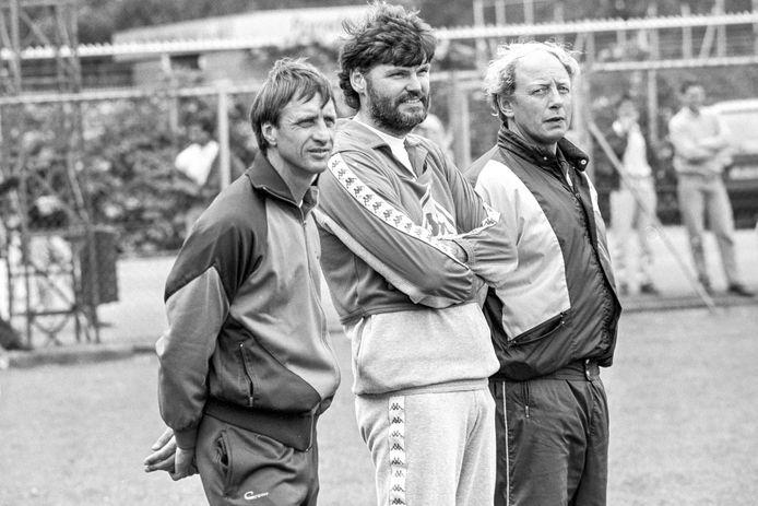 1987: Ajax-trainer Johan Cruijff met assistenten Barry Hulshoff en Cees Koppelaar.