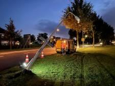 Automobilist rijdt in Rijssen lantaarnpaal omver, maar verdwijnt meteen weer