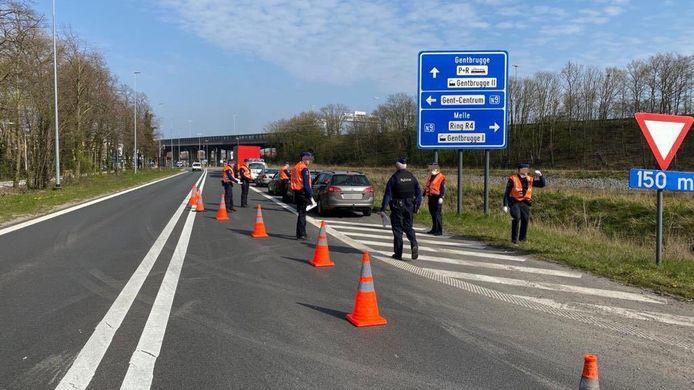 Aan de op- en afrit van de E17 in Gentbrugge controleerde de politie bestuurders om na te gaan of hun verplaatsing wel essentieel was.