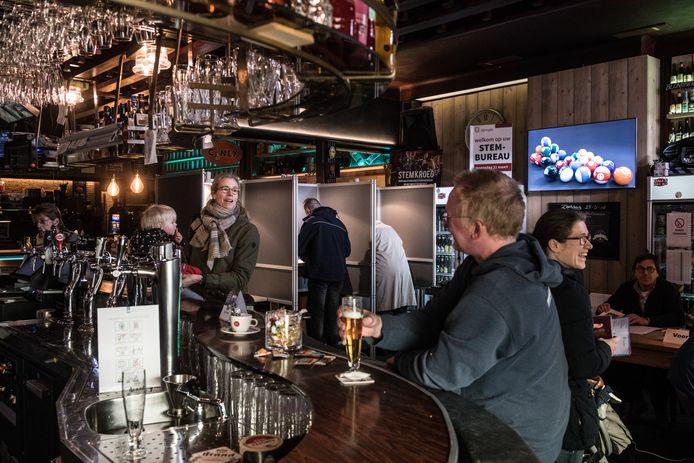 Café Piet Huisman (nummer 51 in de lijst) fungeerde tijdens de gemeenteraadsverkiezingen als stembureau, maar je kon er natuurlijk ook gewoon je biertje gaan drinken.