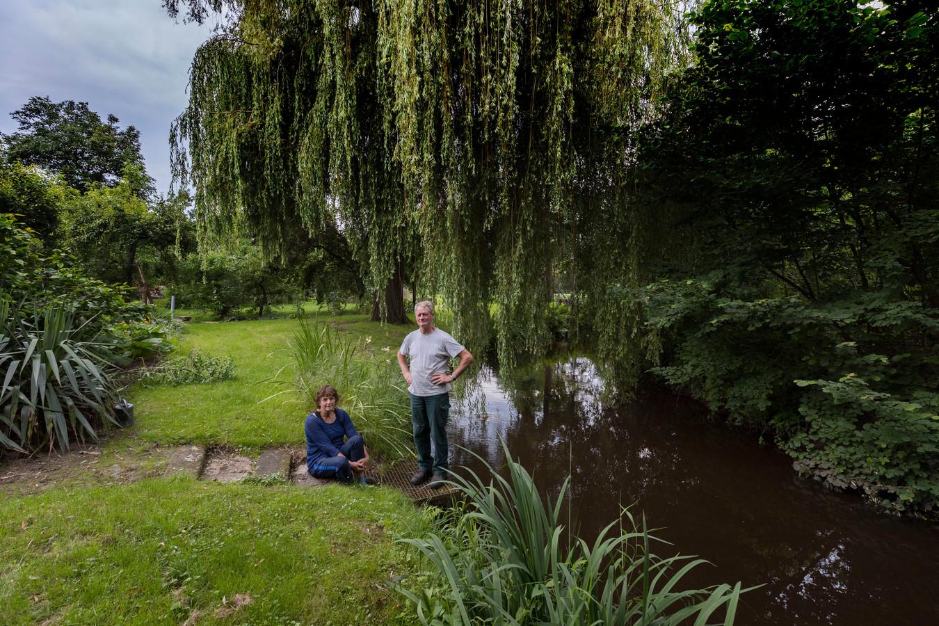 Ton Meulendijks en zijn zus Wilmy op het stuk grond langs de Dommel.