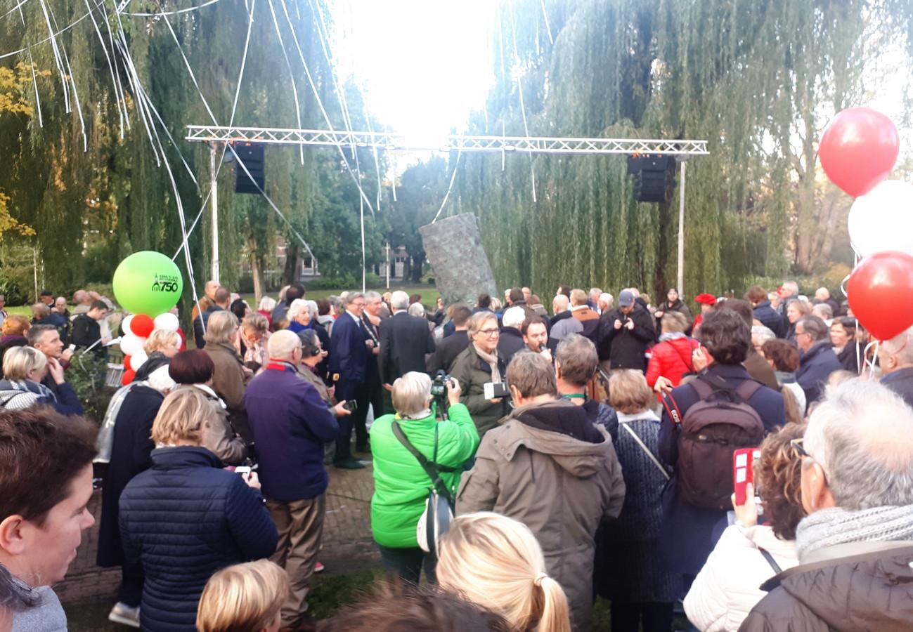 Vermunt en Van de Ven vertellen na de onthulling in emile van loonpark van het kunstwerk d'ouwe sok op de verjaardag van 750 jaar roosendaal. Foto alfred de bruin