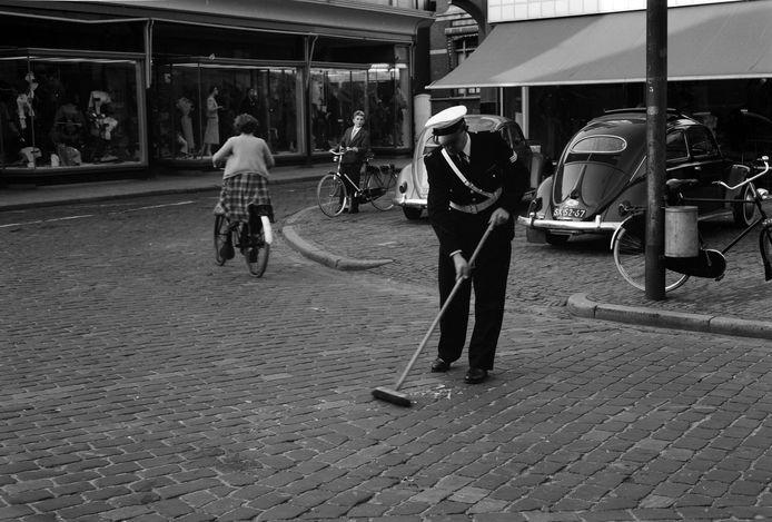 Politieagent Geert Keurentjes houdt eind jaren vijftig het Walplein in Oss schoon