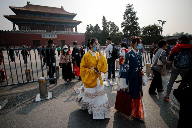 Toeristen voor de Verboden stad in Peking. Beeld AP