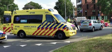 Botsing op een rotonde in Ede tussen een scooter en auto; een gewonde naar het ziekenhuis