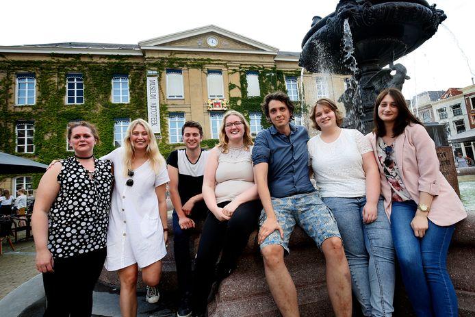 Jesper de Raad met enkele van zijn halfbroers en -zussen, van links naar rechts Danique, Nicky, Feije, Irene, jesper zelf, Avalon en Amy.