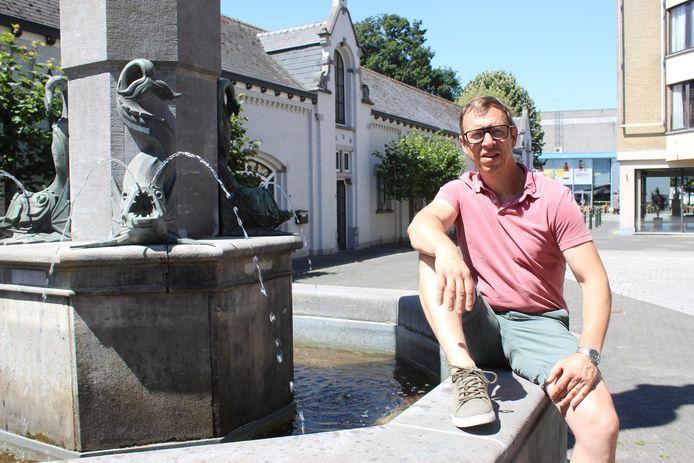 Jan Martens op een archiefbeeld van vorig jaar, met achter hem het oude Jeneverhuis Van Hoorebeke.