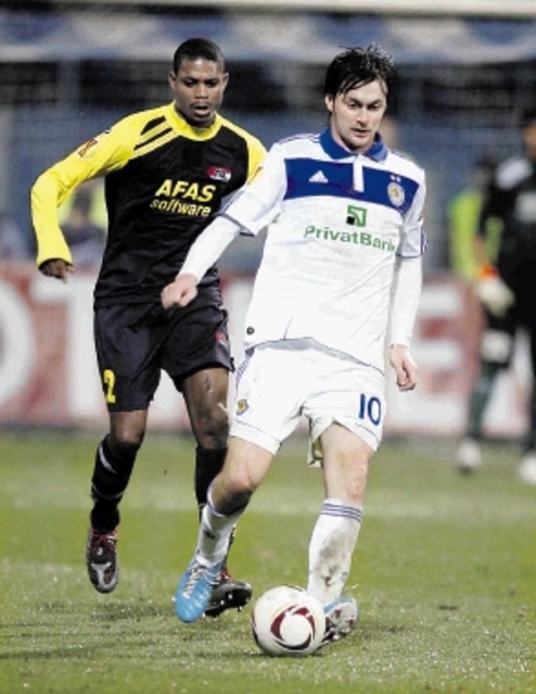 Kiev-spits Artem Milevsi, die gisteravond twee keer scoorde, laat Kew Jaliens van AZ achter zich. (FOTO AP) Beeld AP