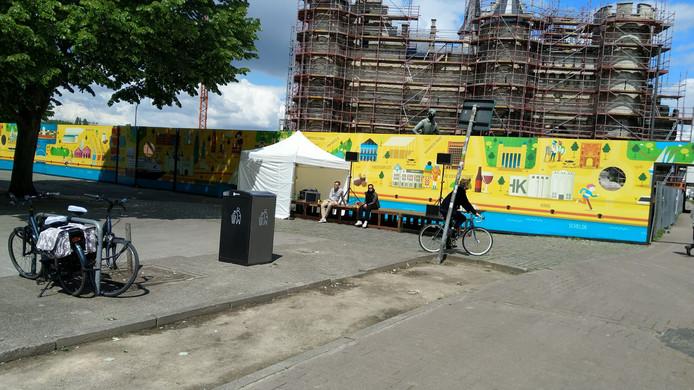 Op dit podium aan het Steenplein zullen enkele speeches gegeven worden na de mars.