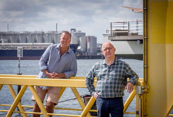 Arne van der Zande (links) en Harm Jan Luth-Mulders langs de Nieuwe Maas in Vlaardingen.