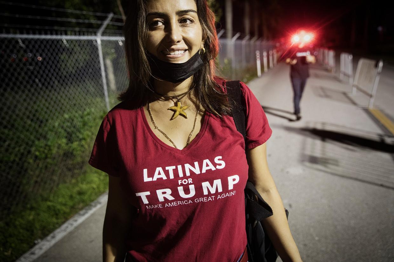 Een Trump-supporter gaat naar een rally van de president in Miami, zondagavond. In Florida liggen Biden en Trump nek aan nek.  Beeld DANIEL ROSENTHAL