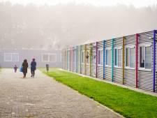 Azc Rijswijk mogelijk halfjaar langer open: 'Vluchtelingen mogen niet op stoeltjes slapen'