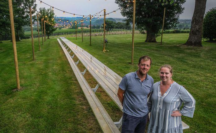 Simon Riquiere en Heleen Lemenu aan hun 30 meter lange tafel.