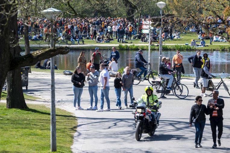 Het Amsterdamse Vondelpark werd gisteren afgesloten wegens grote drukte.  Beeld ANP