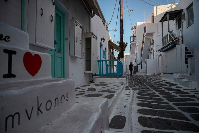Mykonos est l'une des principales destinations touristiques en Grèce et ses plages pittoresques ainsi que sa vie nocturne animée attirent des centaines de milliers de visiteurs chaque année, dont de nombreuses célébrités.