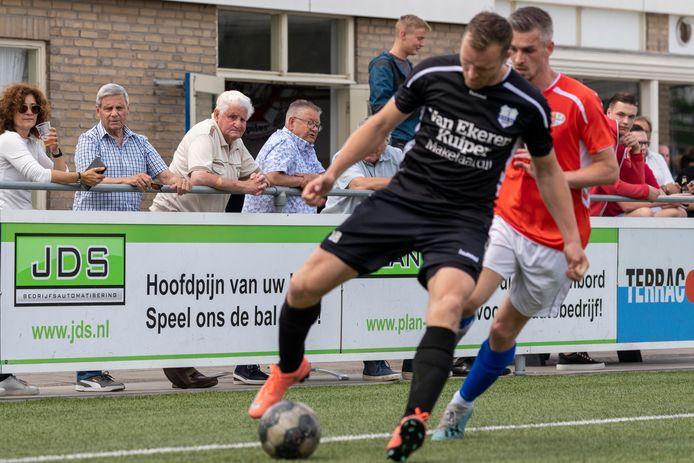 Altena (oranje shirt) en SVS'65 speelden zaterdag eindelijk weer een echte wedstrijd, mét publiek langs de lijn.