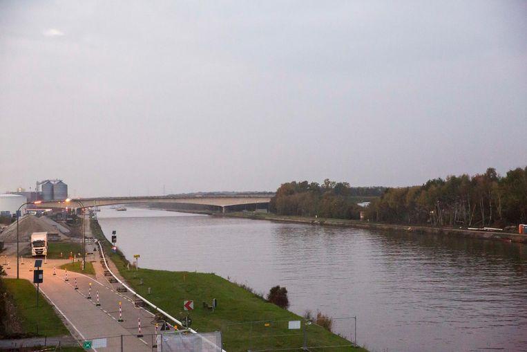 De brug over het Albertkanaal in Oost-Ham.