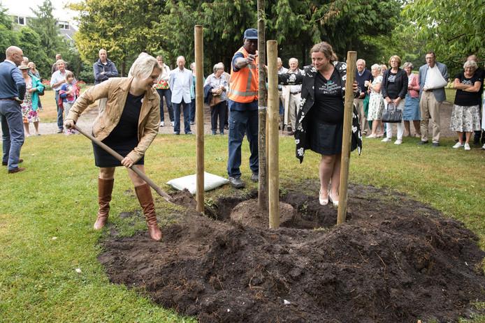 De Baarnse wethouder Mariska de Koning plantte zaterdag een iep ter herdenking van Johanna Westerdijk, daarbij geholpen door  jonkvrouw Angelique Bosch van Drakestein.
