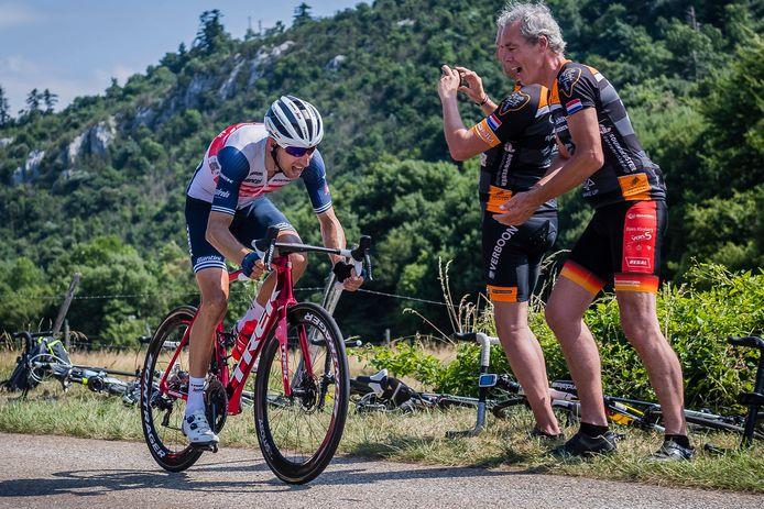Na een solo van 42 kilometer won Bauke Mollema de etappe van Carcassonne naar Quillan.