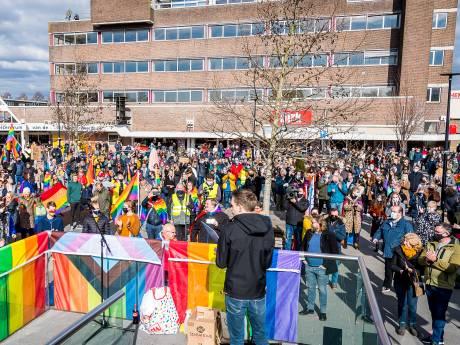 Zeker 400 mensen demonstreren tegen dominee: 'Bij zo'n kerk moet je niet willen horen'