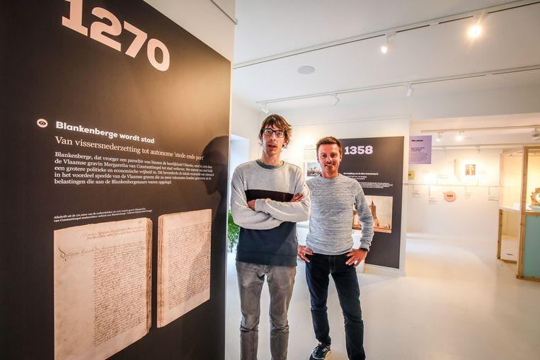 Pieter Deschoolmeester en Kevin Prijs bij het jaartal 1270, de start van de tijdslijn.