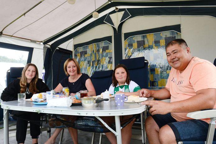 De familie Prevoost uit Stadskanaal vermaakt zich prima op Camping Scholtenhagen, middenin de natuur met voldoende winkels in de omgeving. Maar waar zwemt die snoek?