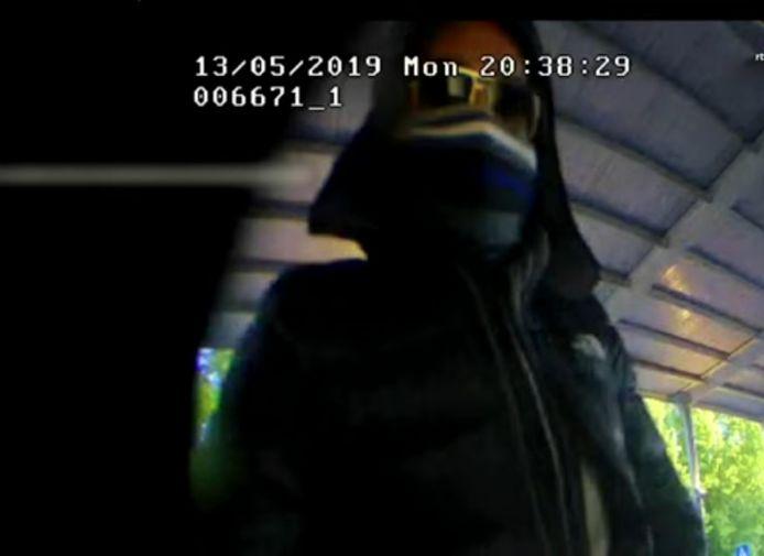 Een van de oplichters bij de pinautomaat in winkelcentrum Holtenbroek in Zwolle