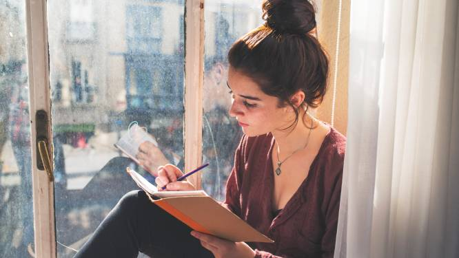 """Schrijf eens een brief aan je toekomstige zelf: """"Het is een vorm van therapie"""""""