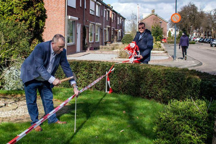 Een aantal bewoners van de Van Berckenrodelaan, onder Heddie Visker, ligt al een lange tijd in de clinch met de gemeente Waalwijk. De discussie draait om de voortuintjes, en het eigendom daarvan.