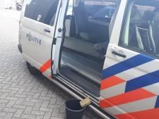 Poepende man laat grote boodschap achter bij politiebureau in Alkmaar