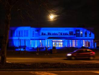Schels gemeentehuis kleurt blauw voor 'maand van de darmkanker'
