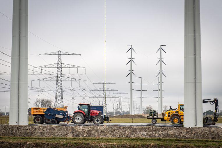 Stroomnetbeheerder Tennet zet in Horn (Groningen) nieuwe hoogspanningsmasten neer. De oude verbinding tussen Groningen en de Eemshaven wordt vervangen door een nieuwe.  Beeld Venema Media