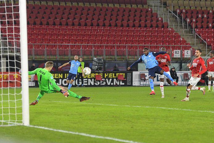 Doelman Marco Bizot redt op het schot van Gyrano Kerk van FC Utrecht.