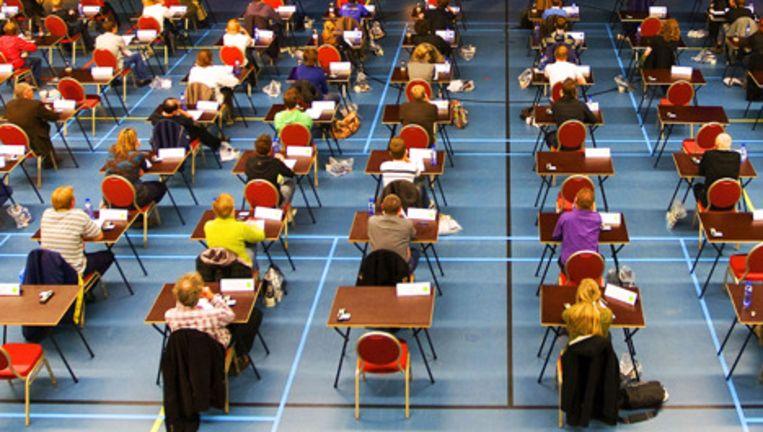 Studenten van de Windesheim Hogeschool in Zwolle maken het rekendictee. Foto ANP Beeld