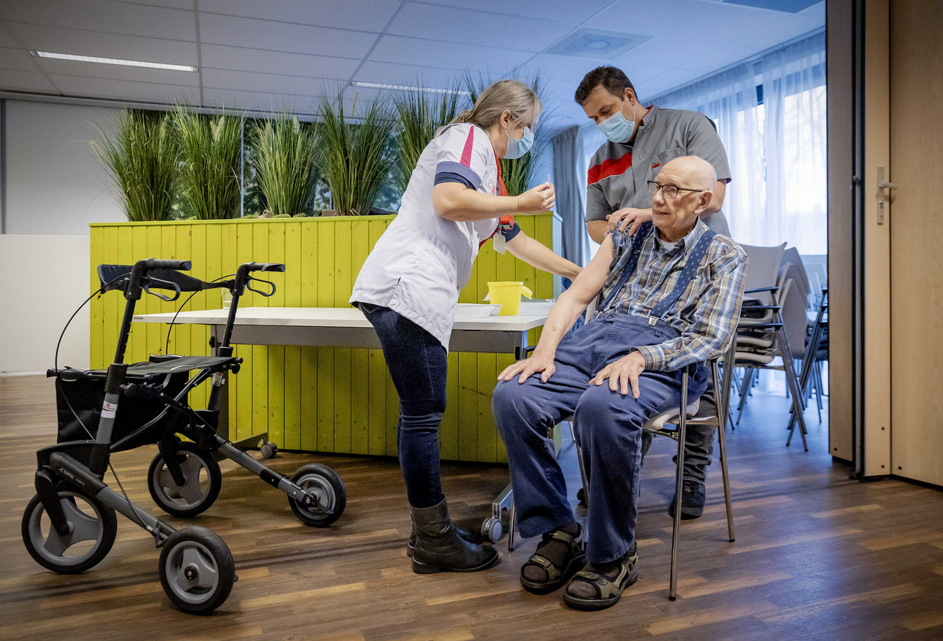 Een bewoner van Residentie Moermont van zorginstelling TanteLouise wordt gevaccineerd tegen het coronavirus.